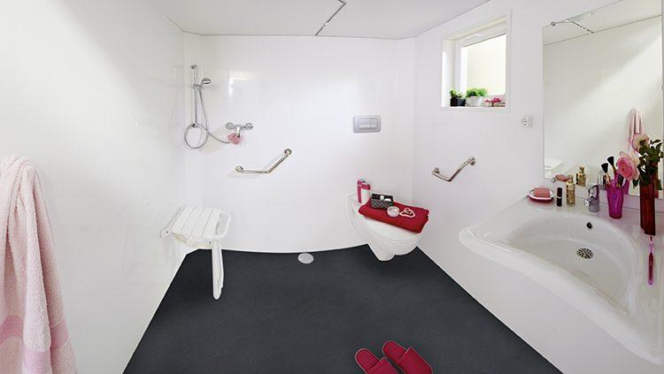 Salle de bains adaptée aux personnes à mobilité réduite